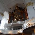 Einer von den drei Orgel der Kirche