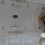 Der dritte Orgel spielt oberhalb des Dachbodens